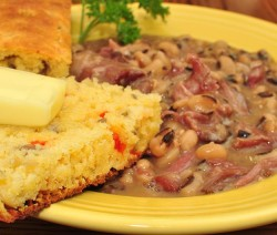 800px-Mmm..._black_eyed_peas_with_smoked_hocks_and_corn_bread_(7046315845)_(2)